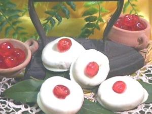 Schiacciatine ricoperte di cioccolato bianco con ciliegia