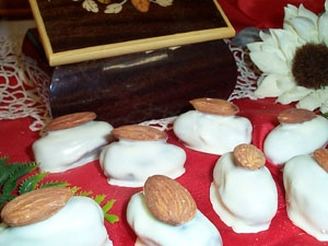Datteri al cioccolato bianco con mandorla